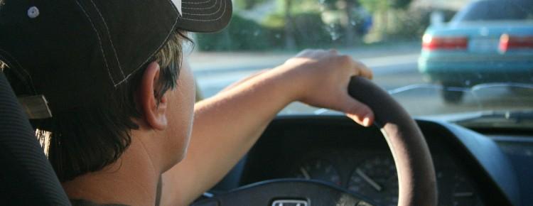 Un jeune au volant après avoir passé son code de la route