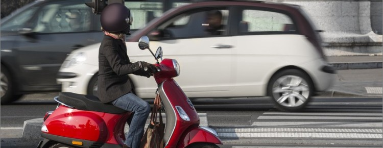 une moto ou un scooter pour la rentr e. Black Bedroom Furniture Sets. Home Design Ideas